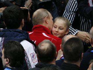 Путин целует