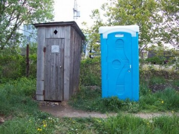 plastikovaya-kabina-ili-samodelnyy-derevyannyy-tualet-vybor-za-vami